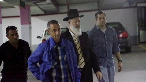 Rabbi Yona Metzger taken in by police (Photo: Motti Kimchi)