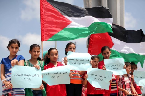 Palestinian children take part in a rally to show support for the latest attempt to break the siege of Gaza by sea, at the Gaza City port on 28 June 2015. (Ashraf Amra APA images)