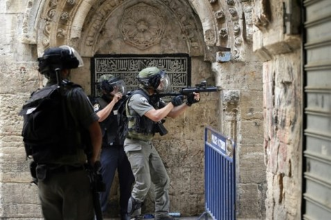 Israeli police use stun grenades to disperse Palestinian demonstrators in a street of the Muslim quarter in Jerusalem's Old City during scuffles with Israeli riot police on Sept. 15, 2015. (AFP/Ahmad Gharabli)