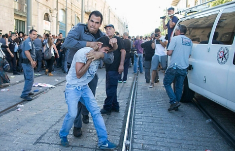 Policeman arresting far-right Jewish protester in Jerusalem (Photo: Ohad Zwigenberg)