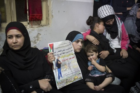 Relatives mourn Ahmad Sharaka in Jalazone refugee camp on 12 October. Oren Ziv ActiveStills