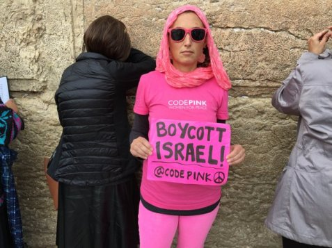 Jewish American activists unfurl banner in support of BDS at the Western Wall (Photo from Mondoweiss)