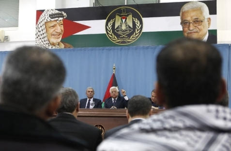Palestinian President Mahmud Abbas (C) speaks during a meeting with Palestinian journalists in the West Bank city of Ramallah, on January 23, 2016. / AFP / ABBAS MOMANI