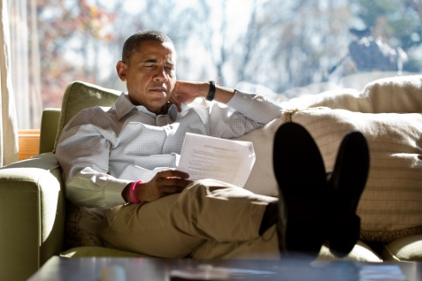 President_Barack_Obama_reads_briefing_material_2fd89