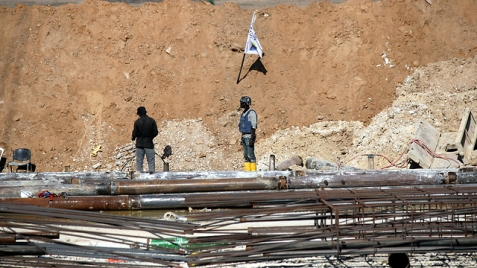 Construction workers building the Gaza border barrier (Photo: Roee Idan)